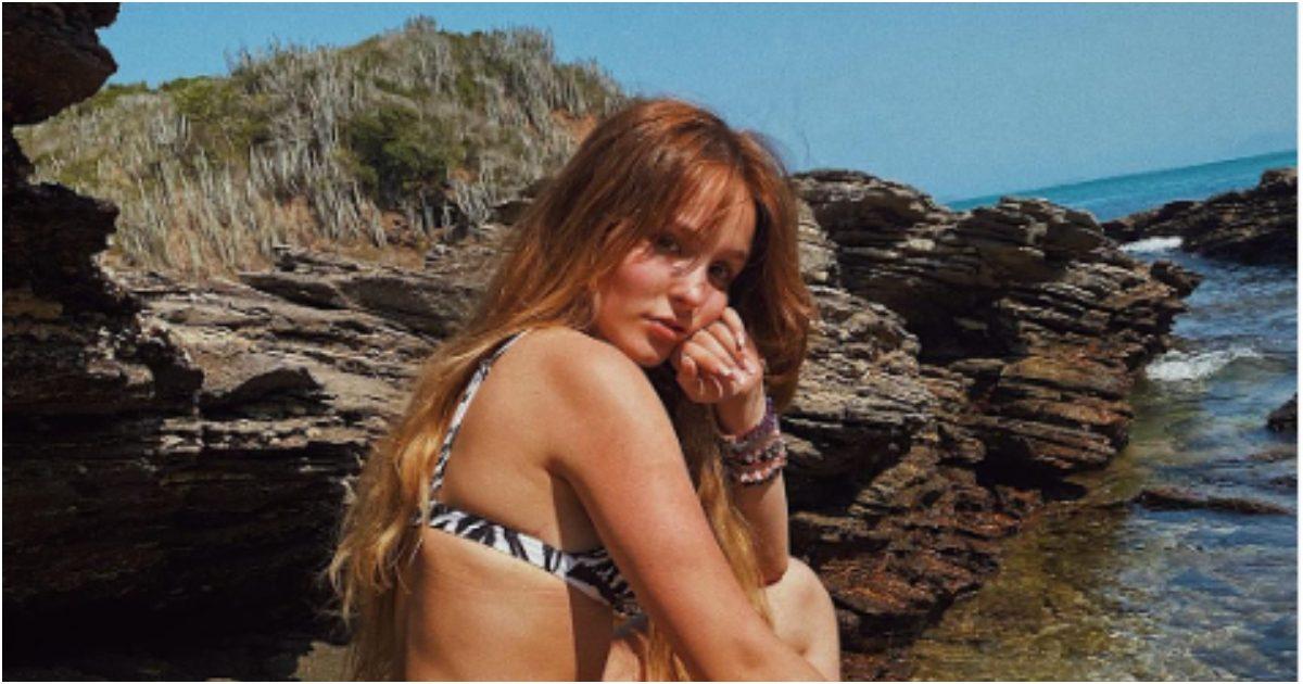 """ult collage 39 - Aos 19 anos, Larissa Manoela faz fotos na praia, mas tem um detalhe que chamou a atenção das pessoas foi: """"Olha o tamanho!"""""""