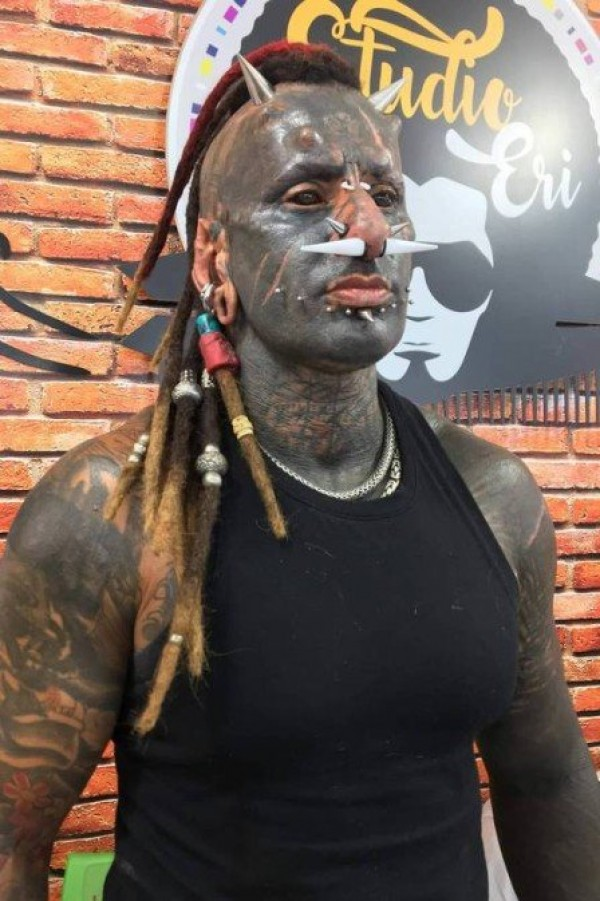 115401202sad332045f79e2096a5ed - Conheça o homem que removeu seu nariz conhecido como 'Diabão'; Veja o antes e depois