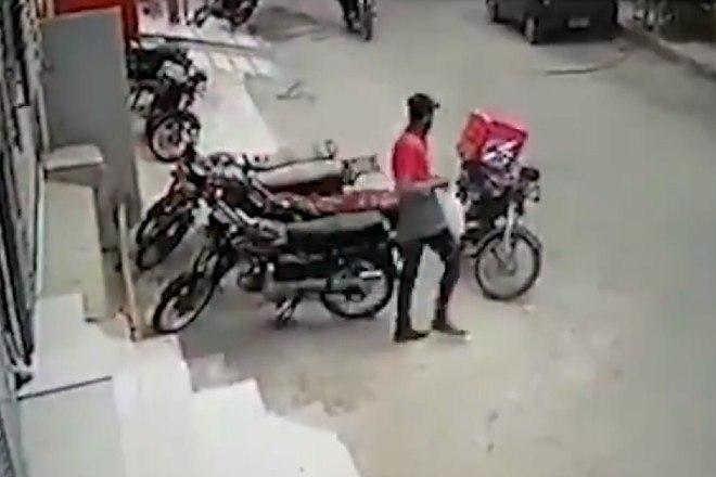 2 2 - Ladrões se comovem com choro de motoboy e roubo acaba em algo inusitado; veja as imagens