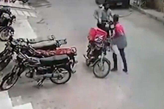 3 - Ladrões se comovem com choro de motoboy e roubo acaba em algo inusitado; veja as imagens