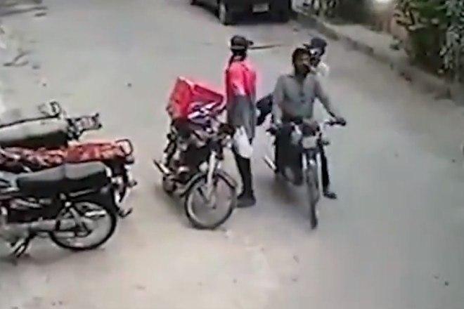 4 - Ladrões se comovem com choro de motoboy e roubo acaba em algo inusitado; veja as imagens