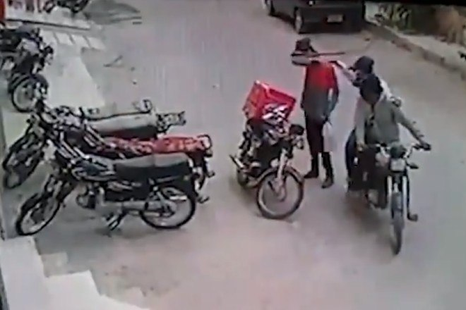 5 - Ladrões se comovem com choro de motoboy e roubo acaba em algo inusitado; veja as imagens