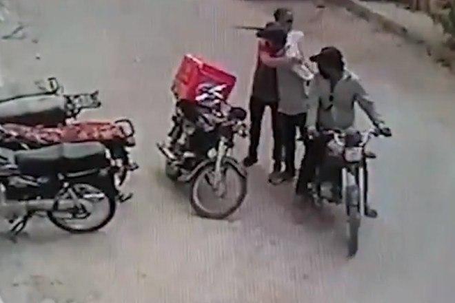 6 - Ladrões se comovem com choro de motoboy e roubo acaba em algo inusitado; veja as imagens
