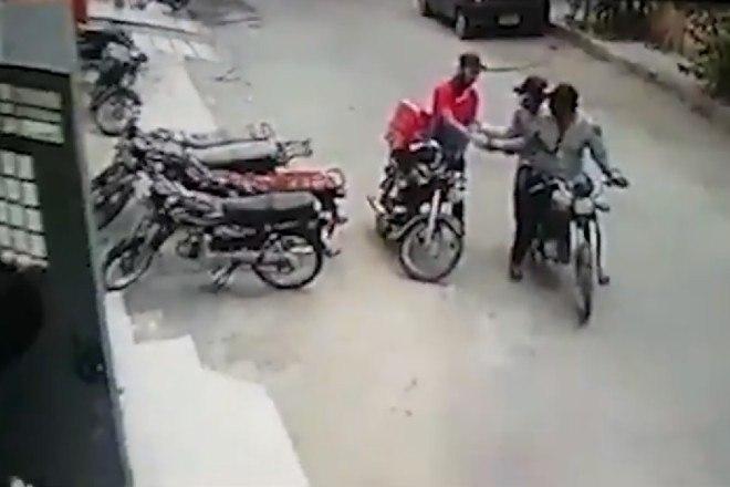 7 - Ladrões se comovem com choro de motoboy e roubo acaba em algo inusitado; veja as imagens