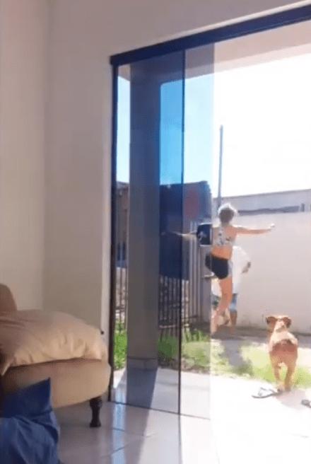 Screenshot 15 - Homem tenta pegar jovem à força e acaba levando um surra dela; Vídeo