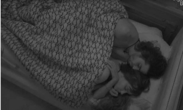 fiuk thais13 608x365 1 - BBB21: Thaís e Fiuk dormem de conchinha e enlouquecem a web com momento quente no edredom; Vídeo!